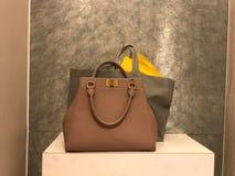 De handtas van het vrouwenleer met het winkelen zakken stock foto