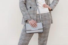 De handtas van modieuze mooie vrouwen Jong meisje op manier royalty-vrije stock foto's