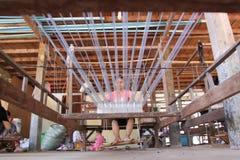 De handweefgetouw van de zijde, Kambodja stock foto