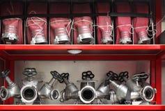 De hanen van de brand en slangen georganiseerde binnenbrandmotor Stock Foto's