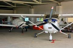 De hangaar van het vliegtuig Stock Foto's