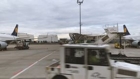 De hangaars van Lufthansa Technik met vliegtuigen op tarmac stock video