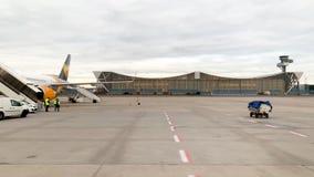 De hangaars van Lufthansa Technik met vliegtuigen op tarmac stock footage