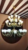 De hangende klassieke lamp van de messingskroonluchter royalty-vrije stock foto's