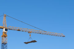 De hangende lading van de bouwkraan Royalty-vrije Stock Afbeeldingen