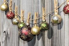 De hangende Omheining van Kerstmisballen Royalty-vrije Stock Afbeeldingen