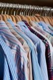 De hangende overhemden van mensen Stock Afbeeldingen