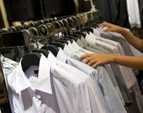 De hangers van de doek met overhemden Stock Foto's