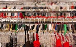 De Hangers van de Doeken van de opslag op Spoor Royalty-vrije Stock Afbeelding