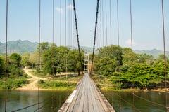 De Hangersbrug van Baanhaad Ngio, Wang Krachae Subdistrict, Kanchanaburi-Stad, Thailand - 21 April 2019 royalty-vrije stock afbeeldingen