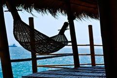 De hangmat van het bamboe op een bamboehut Stock Foto