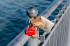 De hangsloten gingen op de pijler in Miedzyzdroje weg door liefjes om hun liefde te symboliseren Royalty-vrije Stock Foto's