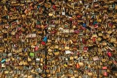 De hangsloten maakten aan elkaar het vieren liefde op brugbalustrade bij vast Zegenrivier in Parijs Royalty-vrije Stock Fotografie