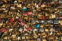 De hangsloten maakten aan elkaar het vieren liefde op brugbalustrade bij vast Zegenrivier in Parijs Stock Afbeeldingen