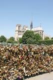 De Hangsloten van de liefde in Parijs Stock Afbeelding