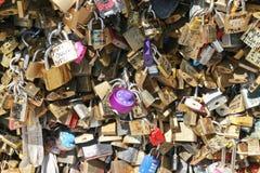 De Hangsloten van de liefde in Parijs Stock Foto's