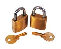De Hangsloten van het messing met sleutels Stock Foto's