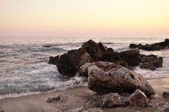 De harde rots met het overzees Royalty-vrije Stock Foto's