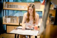 De harde werkende vrouw met bureaudossiers Stock Foto's