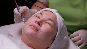 De hardwarekosmetiek Een Moslimvrouw met haar ogen sloot glimlachen tijdens een therapeutische disincrustationprocedure sluit stock videobeelden