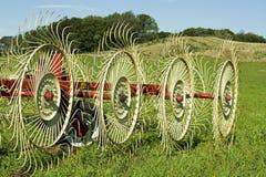 De hark van het hooi op landbouwersgebied Royalty-vrije Stock Foto's