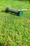 De hark van het wiel in boomgaard Stock Fotografie