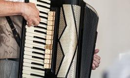 De harmonika van accordeonistspelen, sluit omhoog stock foto