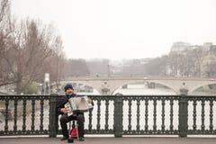 De harmonika van het accordeonistplateren op de Arcole-brug in Parijs, over de Zegenrivier stock foto