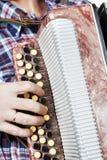 De harmonika van mensenspelen Royalty-vrije Stock Afbeeldingen