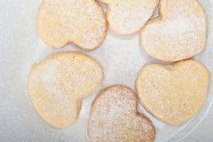 De hart gevormde koekjes van de zandkoekvalentijnskaart Stock Foto's