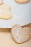 De hart gevormde koekjes van de zandkoekvalentijnskaart Stock Afbeelding