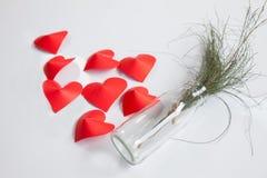 De hart-vormige document en glaskruik schikt als achtergrond Stock Afbeeldingen