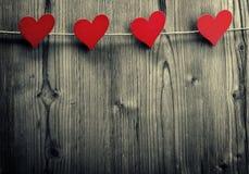 De hart-vormige klemmen hangen op de kabel, de Dag van Valentine, liefdebehang stock afbeelding