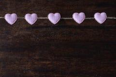 De hart-vormige klemmen hangen op de kabel, de Dag van Valentine s, liefdebehang royalty-vrije stock afbeeldingen