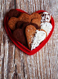 De hart-vormige koekjes van de Valentijnskaartendag die in een vorm-hart worden verpakt Royalty-vrije Stock Afbeelding