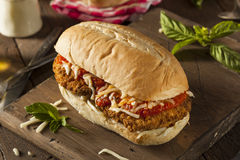 De hartelijke Eigengemaakte Sandwich van de Kippenparmezaanse kaas Royalty-vrije Stock Foto