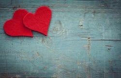 De harten van de valentijnskaartendag op houten achtergrond stock foto's