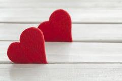 De harten van de valentijnskaartendag op houten achtergrond stock afbeelding