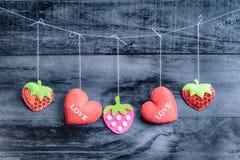 De harten van de valentijnskaartendag op uitstekende houten achtergrond stock afbeelding
