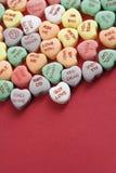 De harten van het suikergoed op rood. Royalty-vrije Stock Afbeelding