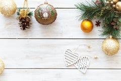 De harten van Kerstmisballen op Kerstboom, de gelukkige nieuwe decoratie van de jaarkaart op witte houten achtergrond, hoogste me Royalty-vrije Stock Foto