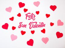 De de hartendecoratie van San Valentinemaakten met rode en roze documenten en geleibonen en gummies royalty-vrije illustratie