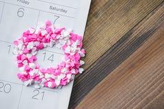 De hartscheerbeurt bestrooit om Valentine Date op Kalender met Hout Royalty-vrije Stock Foto