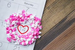 De hartscheerbeurt bestrooit om Valentine Date op Kalender met Hout Royalty-vrije Stock Afbeeldingen