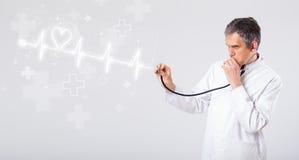 De hartslag van de arts examinates met abstract hart Royalty-vrije Stock Foto's