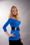 De hartstocht kijkt jonge blonde in blauwe kleding Royalty-vrije Stock Afbeeldingen