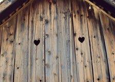 De hartvorm kijkt uit op houten oud huis Gebleekte liefde, 103 jaar oud stock fotografie