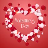 De hartvorm van roze en rode realistisch nam bloemblaadjes op rode achtergrond toe De kaart van de valentijnskaartendag met bloem stock illustratie