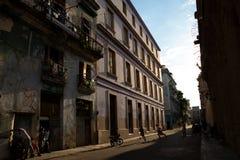 03/26/2019 de Havana, Cuba, cena da rua na luz de nivelamento com os meninos que jogam o futebol e os adultos que conversam fora  imagens de stock royalty free
