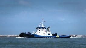 De HAVEN ARANSAS, TX - 5 MAART, 2017 - Sleepbootboot keert van Golf van Mexico terug stock afbeelding